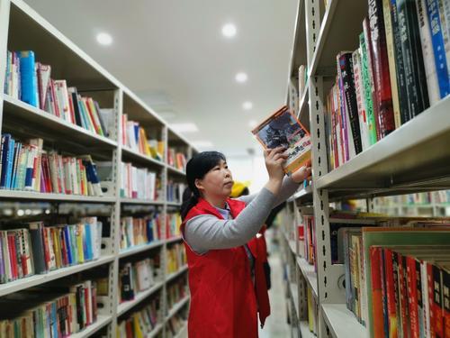郑州市管城回族区腾飞路七里河小学张敏鹏在整理图书