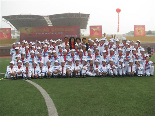 2惠济区八堡小学毛广慧带领学生参加郑州市鼓号队比赛