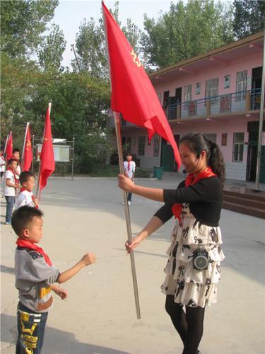3惠济区八堡小学毛广慧在入队仪式上向新建中队授中队旗