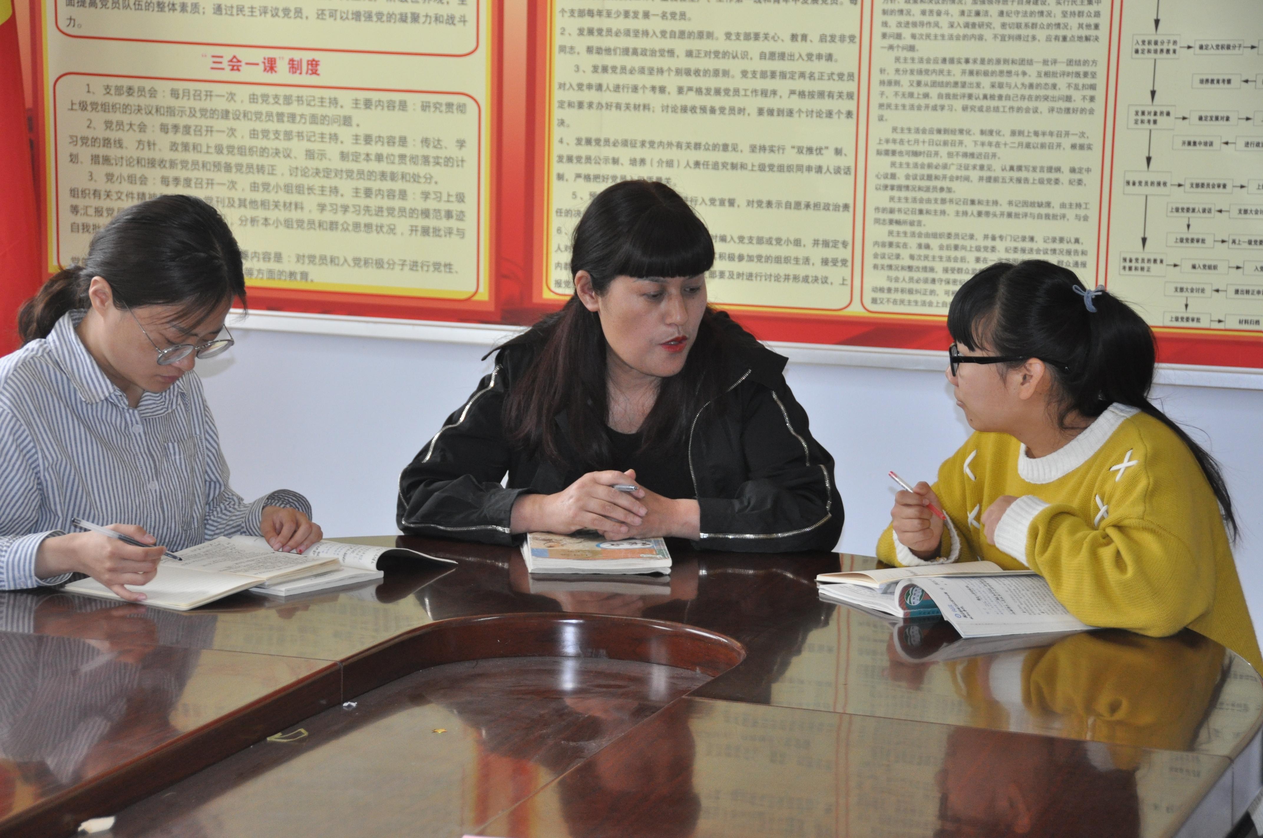 为他竖起大拇指作文_[8中东校] 迎校庆,学生海报扮靓校园--郑州教育信息网