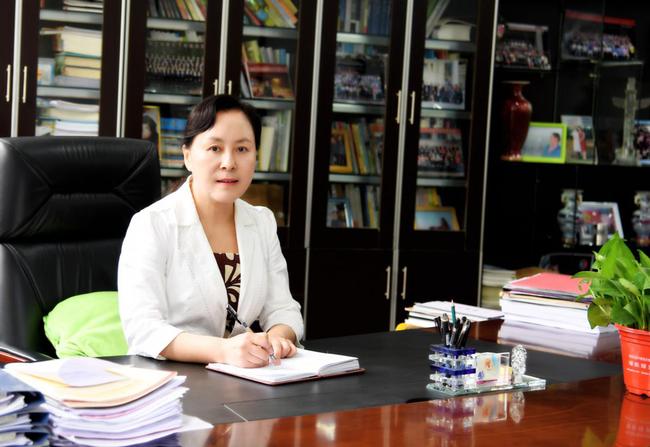 2 郑州42中党总支书记、校长于红莲,正高级教师,全国模范教师、河南省教师教育专家、河南省特级教师、郑州市名师
