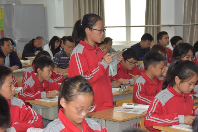 4 主体课堂上学生们自主学习积极思考解答疑惑