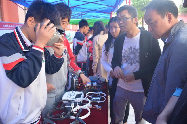 16 家长走进校园,观看无人机社团展示VR操作技术