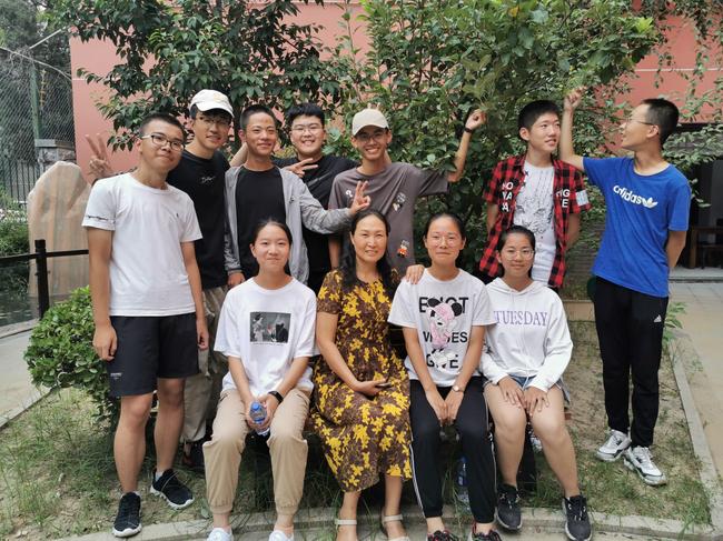 1 毕业后王雨菲(第一排左一)和同学回母校看望老师(中间为班主任老师刘春芹)