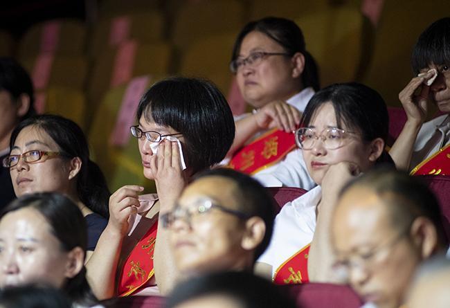 观众在听到周超的事迹后感动落泪
