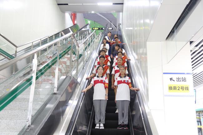管外学生排列整齐进入地铁站