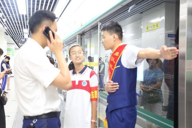 管外志愿者和地铁工作人员一同维持秩序