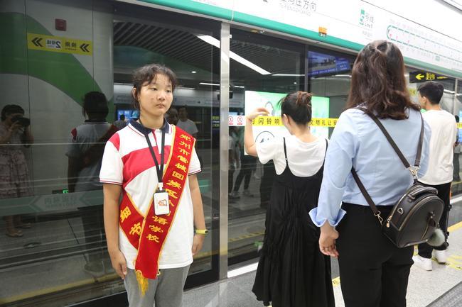 管外志愿者为地铁站岗 (2)