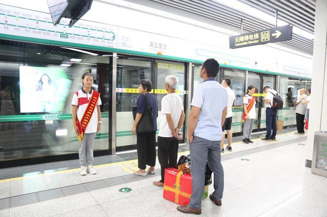 管外志愿者为地铁站岗