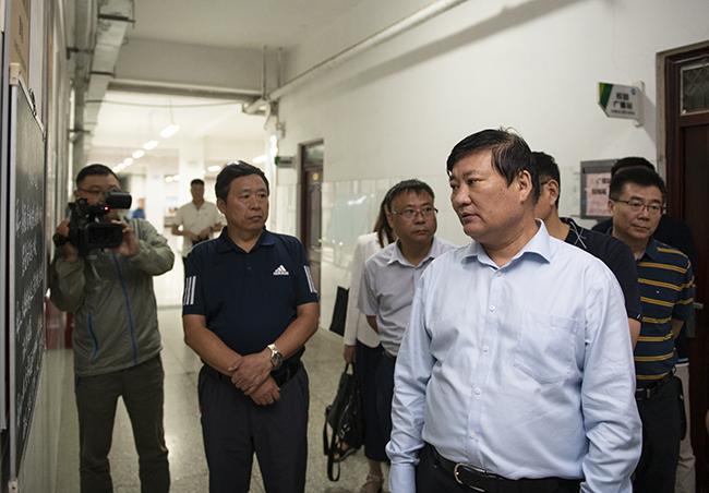 郑州市教育局党组书记、局长王中立一行在二七区嵩山路学校视察中小学午餐供餐情况。
