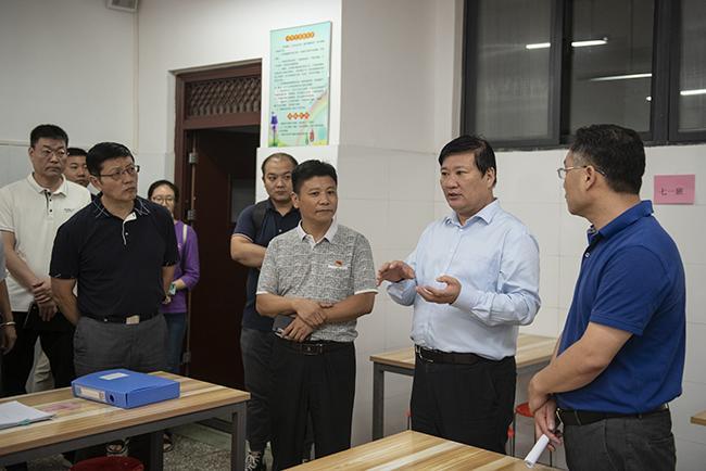 郑州市教育局党组书记、局长王中立一行在二七区嵩山路学校视察中小学午餐供餐情况。1