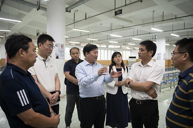郑州市教育局党组书记、局长王中立一行在管城回族区外国语学校视察午餐供餐情况。