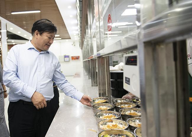 郑州市教育局党组书记、局长王中立一行在郑州市郑东新区外国语中学视察午餐供餐情况。