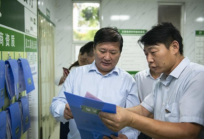郑州市教育局党组书记、局长王中立一行在郑州市郑东新区外国语中学视察午餐供餐情况1。