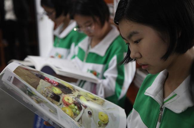 10.郑州市第106中学学生在漂流图书馆内阅读