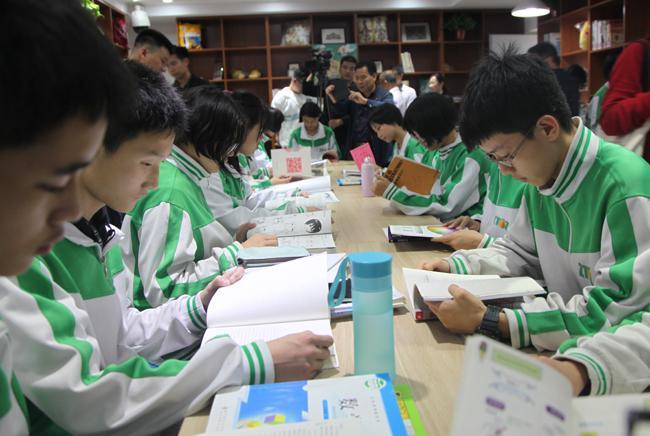 11.郑州市第106中学学生在漂流图书馆内阅读