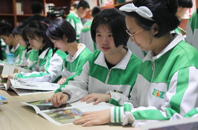12.郑州市第106中学学生在漂流图书馆内阅读