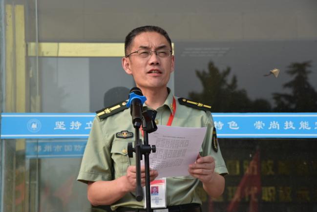 4.学校领导段峰、黄江元宣读表彰先进集体和个人。