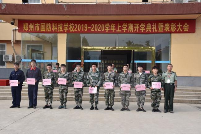 5.《3》学校领导何勇、张辉为获得表彰的学生发放奖学金并合影留念