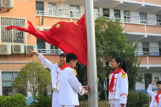 1.庄重的升旗仪式
