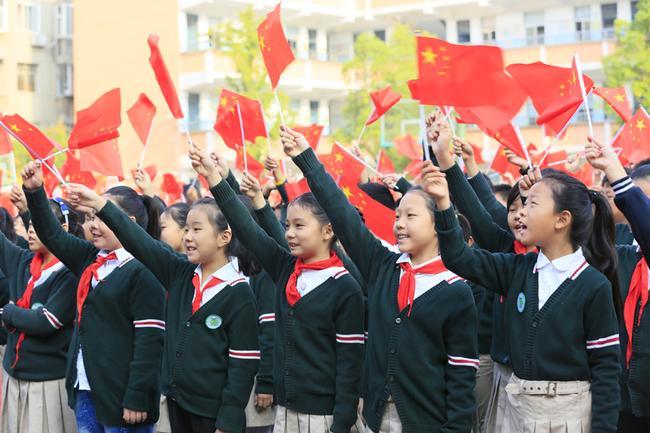6.队员们挥动红旗高声歌唱《我和我的祖国》