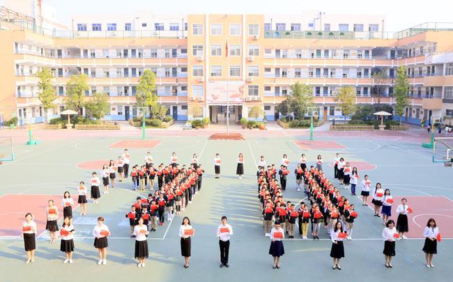 11.红领巾代表与党员老师共同祝福祖国