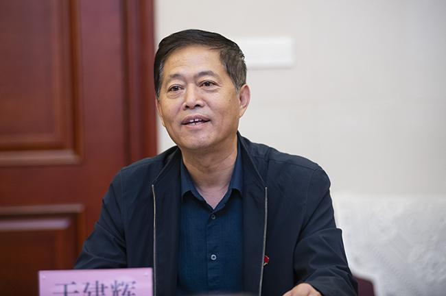 郑州市第七中学党委书记于建辉做汇报