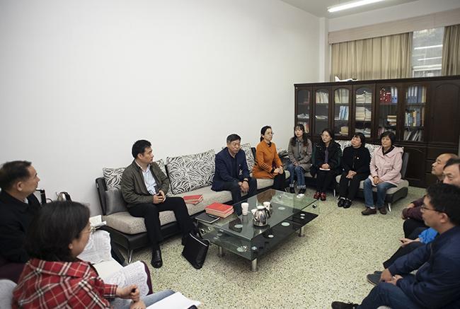 指导组与部分党员进行座谈