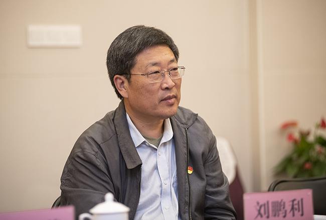 郑州市教育局党组副书记、常务副局长刘鹏利陪同参加专项督导主题教育工作。