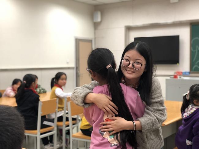 高梦琪老师和学生拥抱