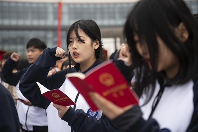 奏唱国歌,成人礼宣誓。1
