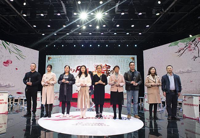 市成人教研室副主任杨晖为获得小学组第三名的代表颁奖