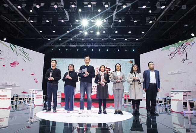 郑州市现代教育信息技术中心党总支副书记、副主任曾涛为获得小学组第二名的代表颁奖。