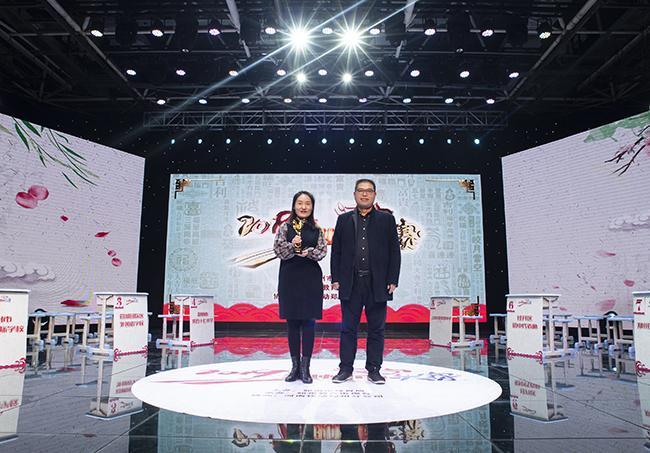 郑州市教育局基础教育处处长曹章成为获得初中组第一名的代表颁奖