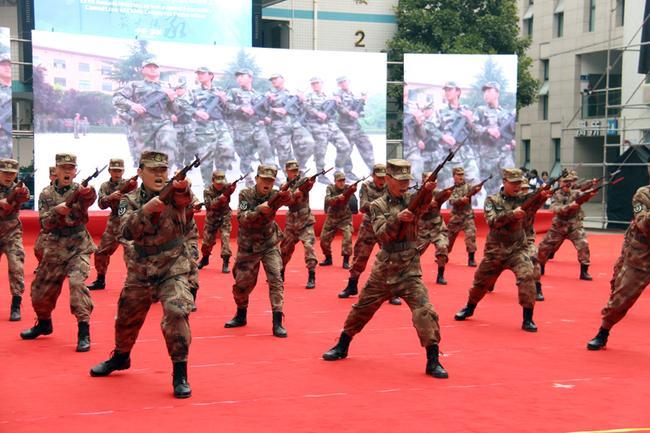 12 郑州国防科技学校展示军体刺杀操