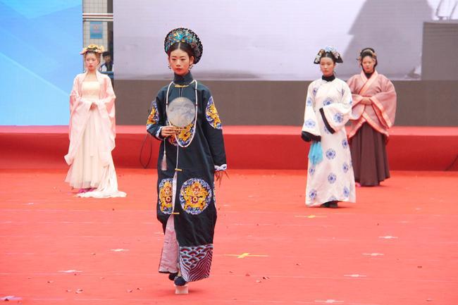 17 郑州市科技工业学校展示服装造型