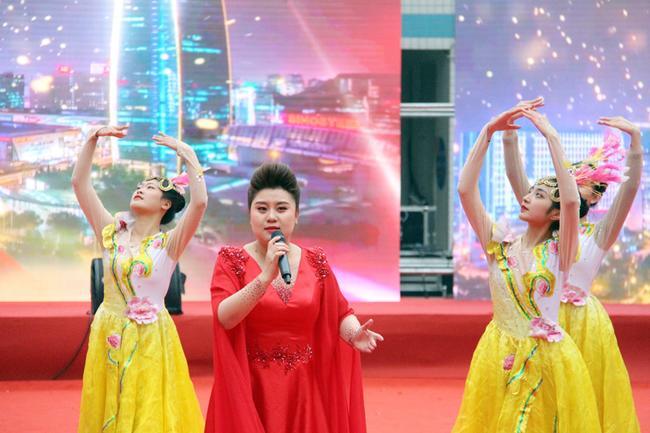 18 郑州艺术幼儿师范学校展示歌伴舞《不忘初心》