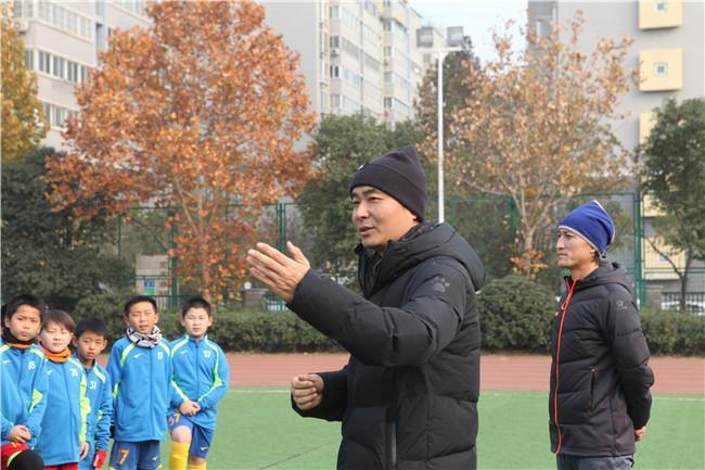 郑州九中足球队主教练苏斌介绍训练内容