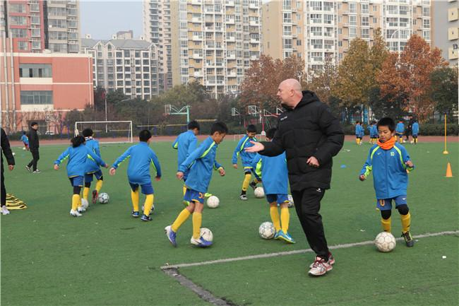 足球小将在外教乔普·加尔的指导下进行热身