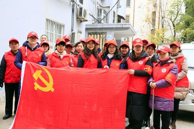 """1.黄河路二小党员志愿者到来社区进行""""全城清扫""""活动"""