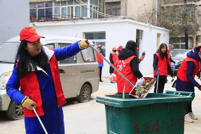 8.枯树枝、枯树叶、垃圾袋、废纸屑、小烟头都被志愿者扫进了垃圾桶