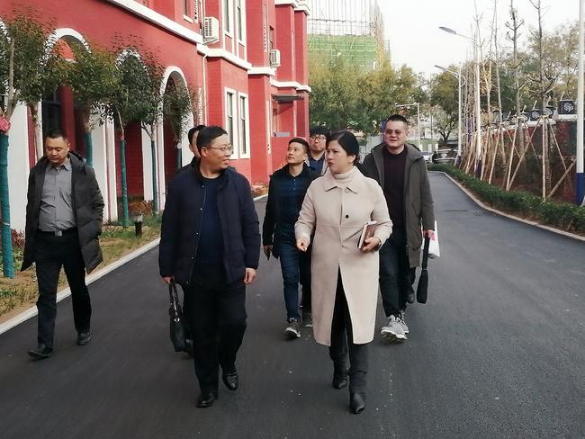 校长段亚萍陪同徐州市文华中学校长一行走进校园