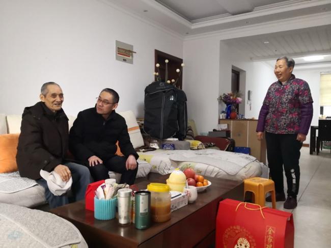 3.副校长黄江元看望退休教师王百泉