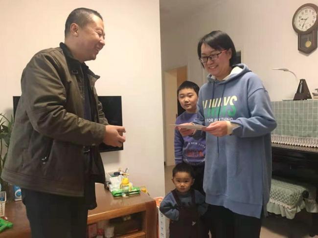 4.副校长张辉慰问教师代表王萍