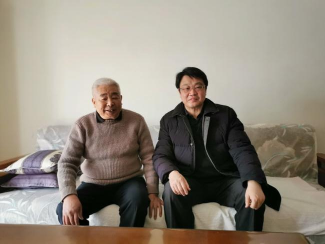 5.校长张凯与退休老干部殷浩灿合影