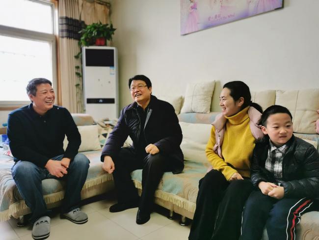 6.校长张凯与教师代表程晓会一家交流