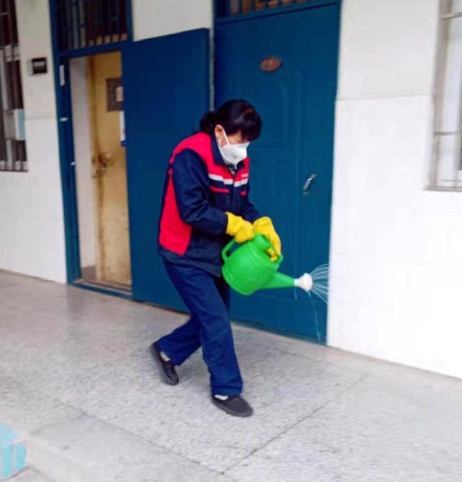 保洁人员对教学区消毒