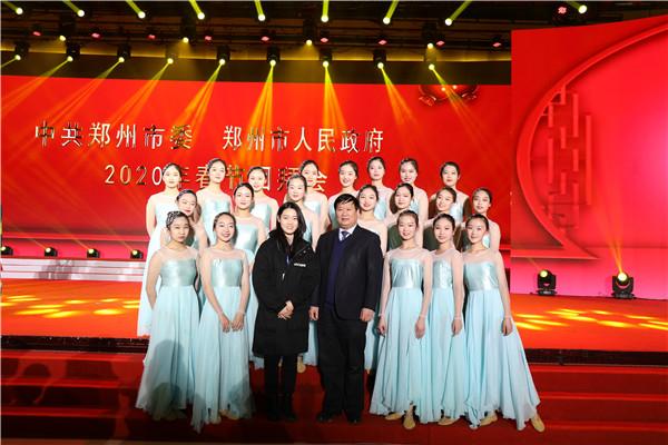 3郑州市教育局党组书记、局长王中立与郑州11中舞蹈团合影