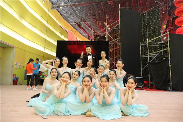 4郑州11中1983届知名校友、央视著名节目主持人张泽群与学校舞蹈团合影