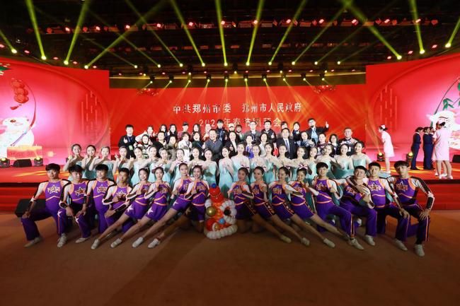 郑州14中啦啦操队员与演职人员合影留念